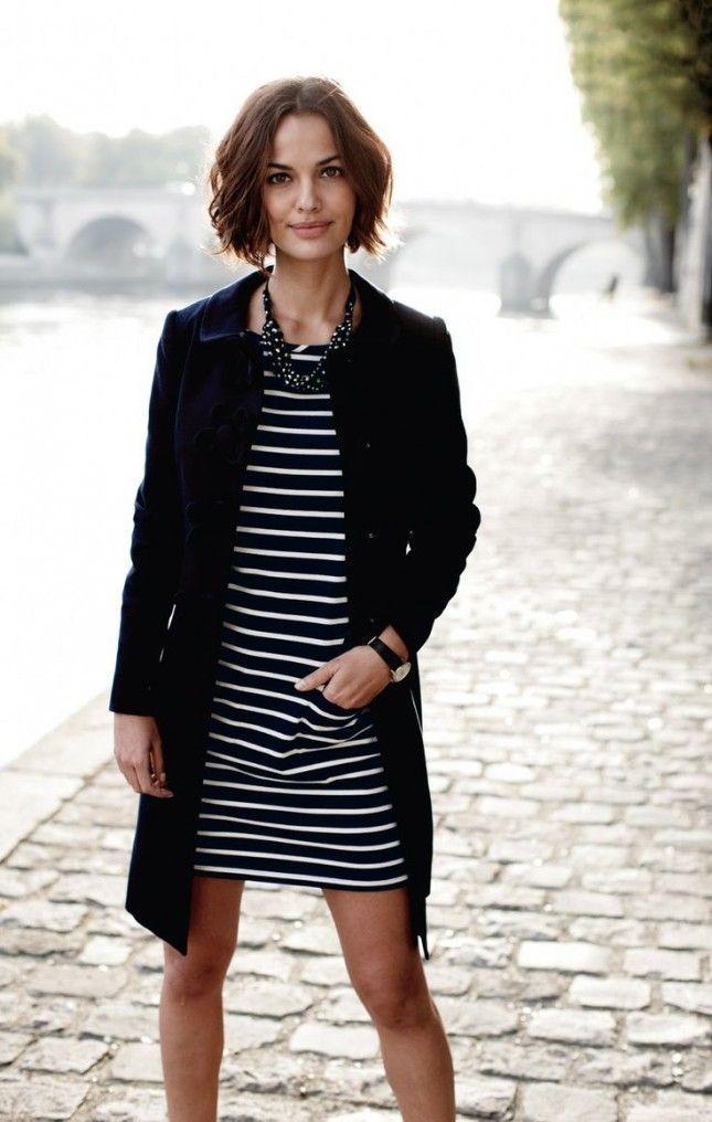 Combinar vestido negro con rayas blancas