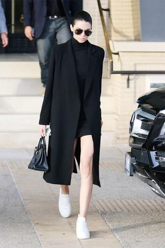 Look de Kendall Jenner: Abrigo Negro, Vestido Jersey Negro, Tenis de Cuero Blancos, Bolsa Tote de Cuero Negra
