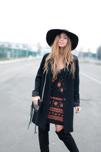 Cómo combinar un abrigo negro: Intenta ponerse un abrigo negro y un vestido recto bordado negro para las 8 horas. Botas sobre la rodilla de ante negras son una opción inmejorable para completar este atuendo.