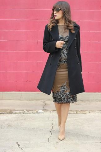 Cómo combinar: abrigo negro, vestido tubo con adornos marrón, zapatos de tacón de cuero en beige, gafas de sol marrónes