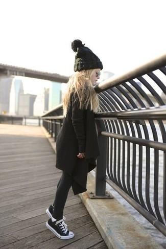Cómo combinar: abrigo negro, zapatillas negras, gorro negro, medias negras