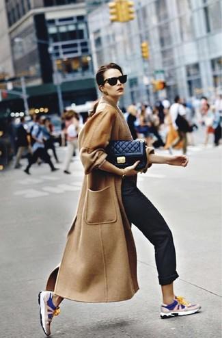 Cómo combinar: abrigo marrón claro, pantalón chino negro, deportivas en azul marino y blanco, bolso bandolera de cuero acolchado negro