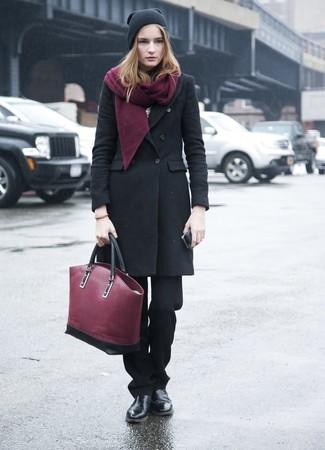 Cómo combinar: abrigo negro, pantalón de vestir negro, botines chelsea de cuero negros, bolsa tote de cuero burdeos
