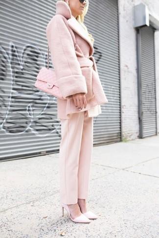 Cómo combinar: abrigo rosado, pantalón de vestir rosado, zapatos de tacón de cuero rosados, bolso bandolera de cuero acolchado rosado