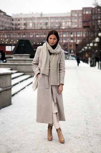 Cómo combinar: abrigo en beige, pantalones pitillo en beige, botines de cuero marrón claro, bolsa tote de lona en beige