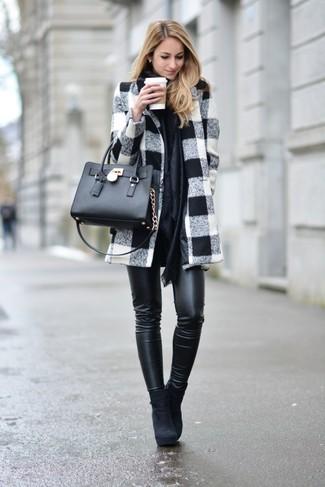 Cómo combinar un abrigo blanco: Equípate un abrigo blanco con unos pantalones pitillo de cuero negros para conseguir una apariencia glamurosa y elegante. Botines de ante negros son una opción excelente para completar este atuendo.