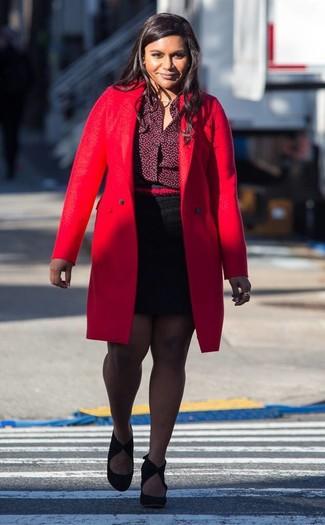 Cómo combinar: abrigo rojo, camisa de vestir burdeos, minifalda negra, zapatos de tacón de ante negros