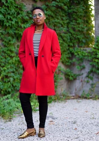 Cómo combinar: abrigo rojo, camiseta con cuello circular de rayas horizontales en blanco y azul marino, vaqueros pitillo negros, mocasín de cuero dorados