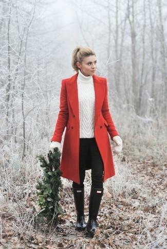 Cómo combinar: abrigo rojo, jersey de cuello alto de punto blanco, vaqueros pitillo negros, botas de lluvia negras