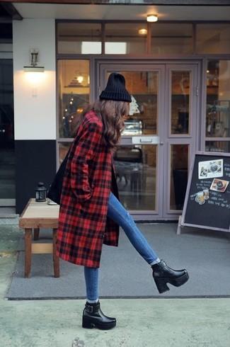 Un abrigo de tartán rojo y unos vaqueros pitillo azules son prendas que debes tener en tu armario. Un par de botines de cuero negros se integra perfectamente con diversos looks.