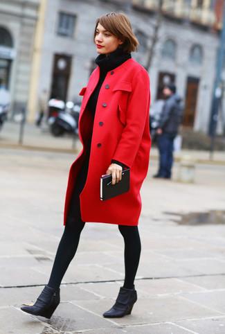 Cómo combinar: abrigo rojo, vestido jersey de punto negro, botines con cuña de cuero negros, medias de lana negras