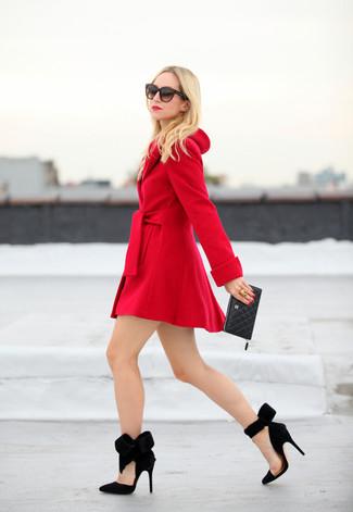 Ponte un abrigo rojo para crear un estilo informal elegante. Zapatos de tacón de ante negros son una opción buena para completar este atuendo.