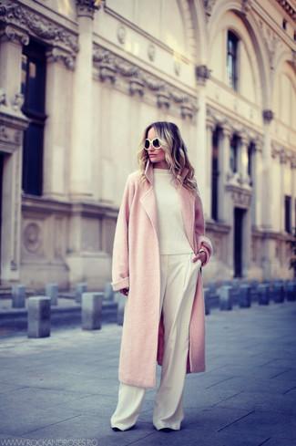 Haz de un abrigo rosado y unos pantalones anchos blancos tu atuendo para crear un estilo informal elegante.