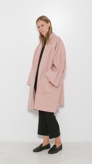 Outfits mujeres en clima cálido: Intenta ponerse un abrigo rosado y un pantalón de campana negro para después del trabajo. Mocasín de cuero negros son una opción muy buena para completar este atuendo.