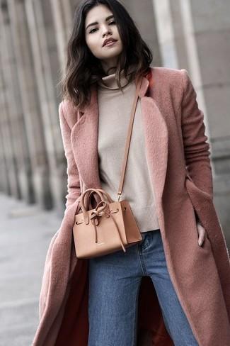 Cómo combinar: abrigo rosado, jersey de cuello alto en beige, vaqueros azules, bolso bandolera de cuero marrón claro