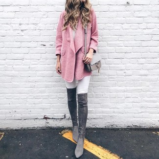 Cómo combinar unas botas sobre la rodilla de ante en gris oscuro: Haz de un abrigo rosado y unos vaqueros pitillo blancos tu atuendo para crear una apariencia elegante y glamurosa. Botas sobre la rodilla de ante en gris oscuro son una opción incomparable para completar este atuendo.