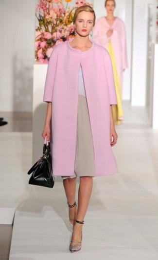 Si buscas un estilo adecuado y a la moda, elige un abrigo rosado y un vestido recto marrón claro. Zapatos de tacón de cuero plateados son una opción perfecta para complementar tu atuendo.
