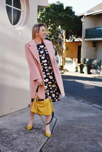 Cómo combinar: abrigo rosado, vestido skater con print de flores negro, bailarinas de cuero mostaza, bolsa tote de cuero mostaza