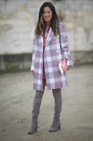 Cómo combinar: abrigo de tartán rosado, vestido tubo de encaje rosado, botas sobre la rodilla de ante grises, cartera sobre de cuero rosada