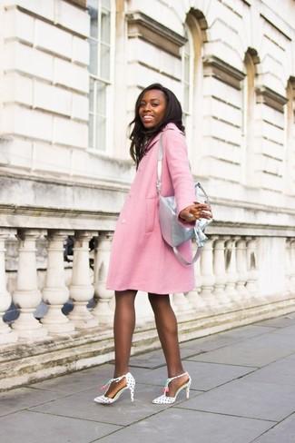 Cómo combinar una mochila de cuero gris en clima cálido: Para un atuendo tan cómodo como tu sillón casa un abrigo rosado con una mochila de cuero gris. Zapatos de tacón de cuero a lunares en blanco y negro son una sencilla forma de complementar tu atuendo.