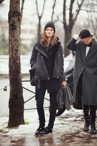 La versatilidad de un abrigo sin mangas negro y un gorro los hace prendas en las que vale la pena invertir. Tenis negros añaden un toque de personalidad al look.