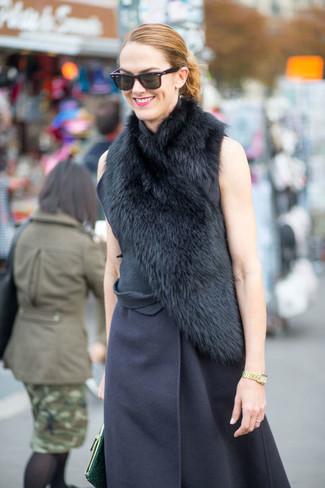 Considera emparejar un abrigo sin mangas azul marino junto a una cartera sobre de cuero verde oscuro de mujeres de Loeffler Randall para conseguir una apariencia glamurosa y elegante.
