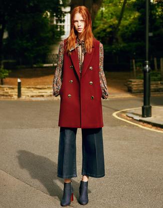 Outfits mujeres: Elige un abrigo sin mangas burdeos y una falda pantalón vaquera azul marino para una vestimenta cómoda que queda muy bien junta. Botines vaqueros azul marino son una opción buena para completar este atuendo.