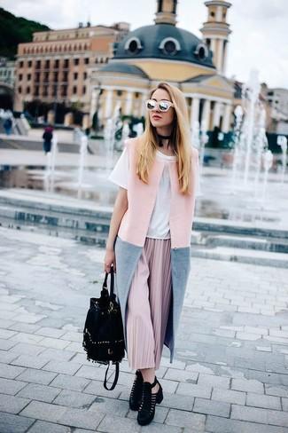 Cómo combinar: abrigo sin mangas rosado, camiseta con cuello circular blanca, falda midi plisada rosada, botines de ante con recorte negros