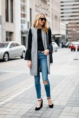 Utiliza un abrigo sin mangas gris y unos vaqueros pitillo desgastados azules para lidiar sin esfuerzo con lo que sea que te traiga el día. Zapatos con cuña de ante negros son una sencilla forma de complementar tu atuendo.