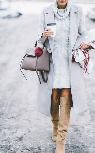 Cómo combinar: abrigo sin mangas gris, vestido jersey de punto gris, botas sobre la rodilla de ante marrón claro, bolsa tote de cuero gris