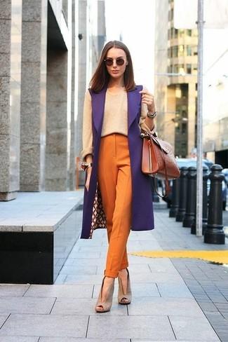 Cómo combinar: abrigo sin mangas morado, jersey con cuello circular en beige, pantalón de pinzas naranja, botines de ante con recorte en beige
