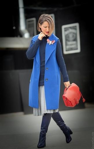 Cómo combinar: abrigo sin mangas azul, jersey de cuello alto en gris oscuro, falda midi plisada gris, botas sobre la rodilla de cuero negras