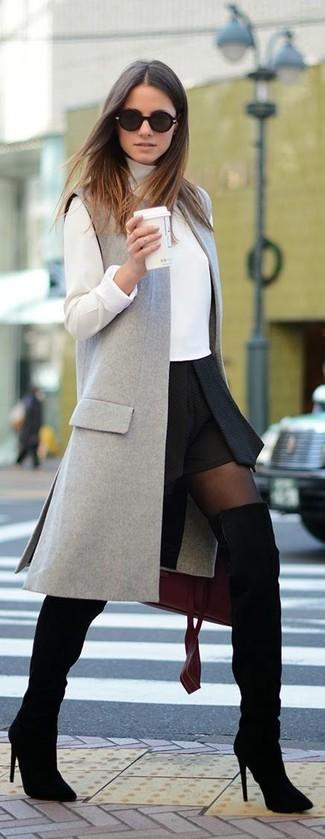 Cómo combinar: abrigo sin mangas gris, jersey de cuello alto blanco, falda skater negra, botas sobre la rodilla de ante negras