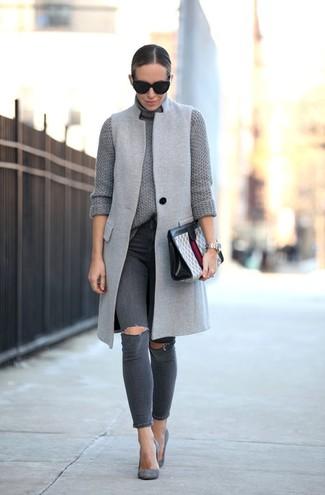 Cómo combinar: abrigo sin mangas gris, jersey de cuello alto de punto gris, vaqueros pitillo desgastados en gris oscuro, zapatos de tacón de ante grises