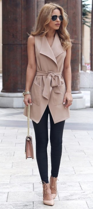 Cómo combinar: abrigo sin mangas marrón claro, leggings negros, zapatos de tacón de cuero en beige, bolso de hombre de cuero rosado