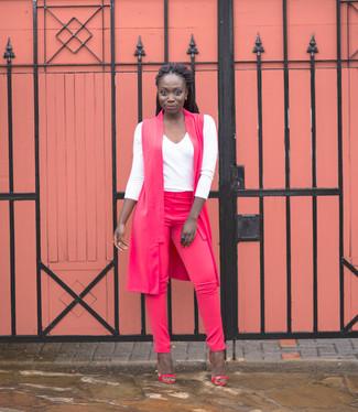 Cómo combinar unas sandalias de tacón de cuero rosa: Para crear una apariencia para un almuerzo con amigos en el fin de semana considera ponerse un abrigo sin mangas rosa y unos pantalones pitillo rosa. Sandalias de tacón de cuero rosa son una opción muy buena para complementar tu atuendo.