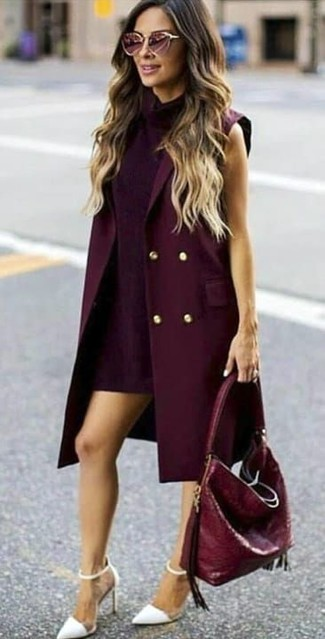 Cómo combinar: abrigo sin mangas burdeos, vestido recto morado oscuro, zapatos de tacón de cuero blancos, bolsa tote de cuero burdeos