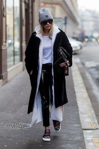 Cómo combinar: abrigo negro, sudadera con capucha blanca, camiseta con cuello circular blanca, vaqueros pitillo de cuero negros