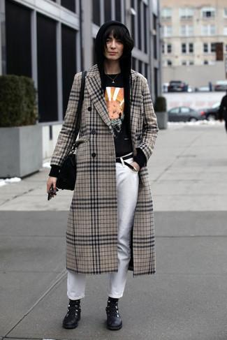 Cómo combinar: abrigo de tartán en beige, sudadera con capucha negra, camiseta con cuello circular estampada negra, vaqueros blancos