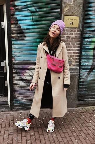 Cómo combinar: abrigo en beige, sudadera con capucha negra, camiseta con cuello circular estampada en negro y blanco, vaqueros pitillo de cuero negros
