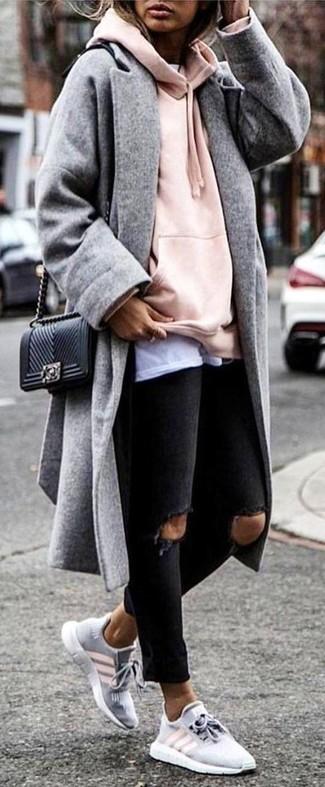 Cómo combinar: abrigo gris, sudadera con capucha rosada, camiseta con cuello circular blanca, vaqueros pitillo desgastados negros