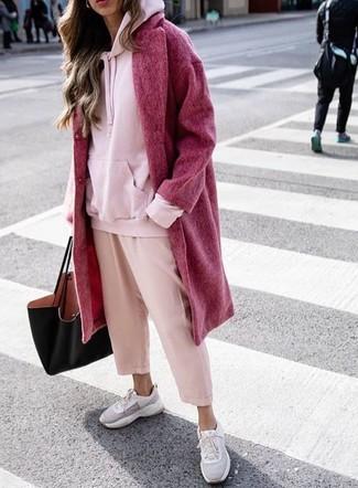 Cómo combinar: abrigo rojo, sudadera con capucha rosada, falda pantalón rosada, deportivas grises