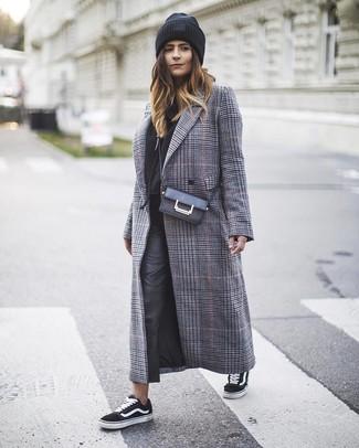 Cómo combinar: abrigo de tartán gris, sudadera con capucha negra, pantalones pitillo de cuero negros, tenis de lona en negro y blanco