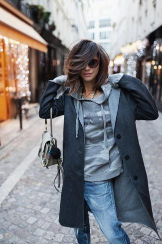 Cómo combinar: abrigo en gris oscuro, sudadera con capucha de camuflaje gris, vaqueros boyfriend desgastados azules, bolso bandolera de cuero en beige
