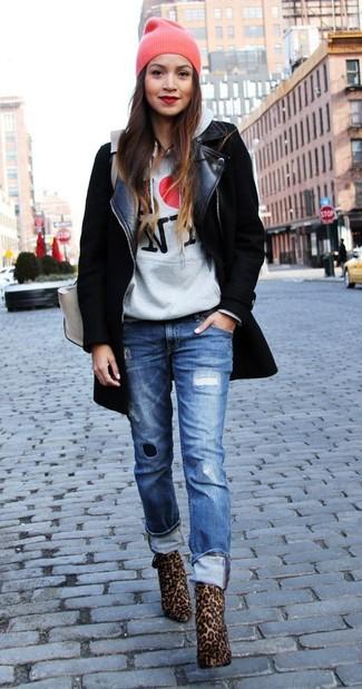 Si eres el tipo de chica de jeans y camiseta, te va a gustar la combinación de un abrigo negro y unos vaqueros boyfriend desgastados azules. Opta por un par de botines de ante de leopardo marrónes para destacar tu lado más sensual.
