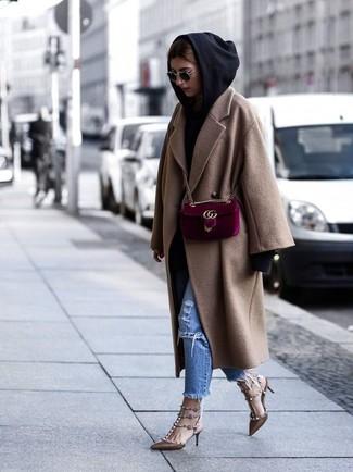 Cómo combinar: abrigo marrón claro, sudadera con capucha negra, vaqueros desgastados azules, zapatos de tacón de cuero con tachuelas marrónes