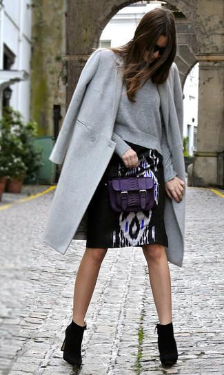 Equípate un abrigo gris junto a una falda lápiz estampada en negro y blanco para crear un estilo informal elegante. Complementa tu atuendo con botines de ante negros.