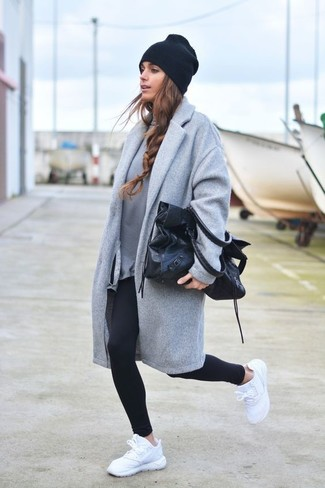 Cómo combinar: abrigo gris, sudadera gris, leggings negros, deportivas blancas