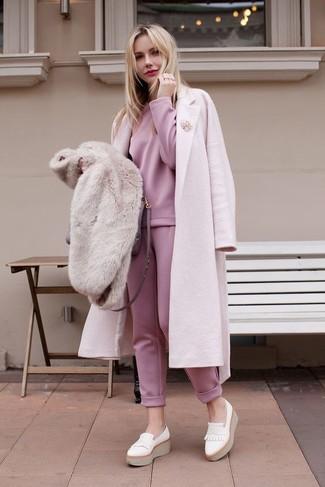 Cómo combinar: abrigo rosado, sudadera rosada, pantalón de chándal rosado, mocasín con plataforma de cuero blanco