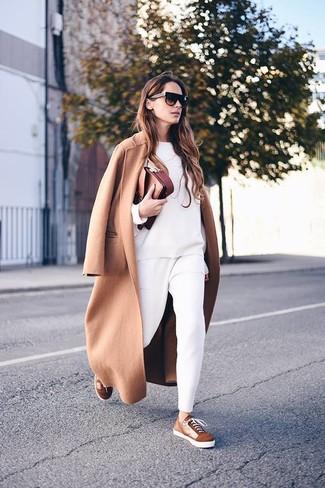 Cómo combinar unos tenis de ante marrónes estilo casual elegante: Elige un abrigo marrón claro y un pantalón de pinzas blanco para un conjunto de oficina con estilo. Mezcle diferentes estilos con tenis de ante marrónes.